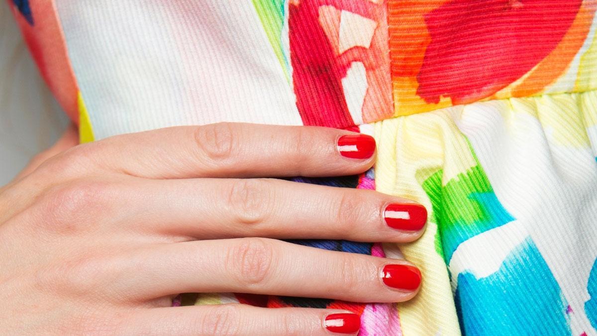 7 obłędnych kolorów lakierów, które będą pasować do letnich ciuchów