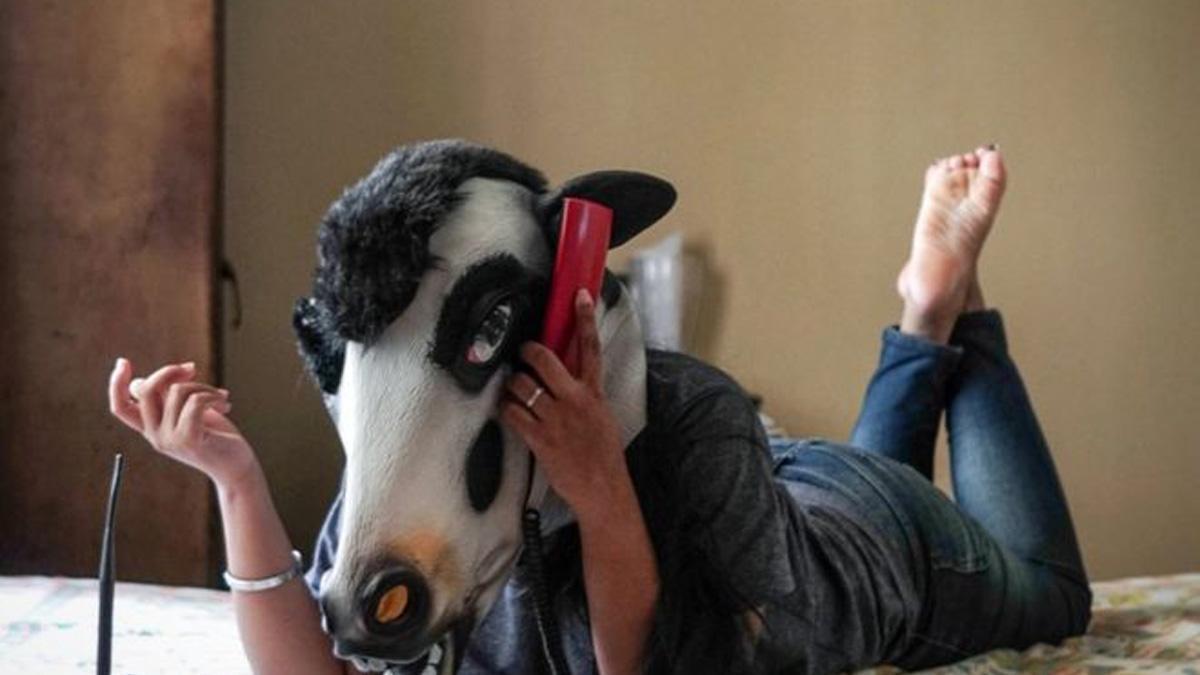 Dlaczego kobiety noszą krowie maski? Zagadka na dziś, która ma tragiczną odpowiedź