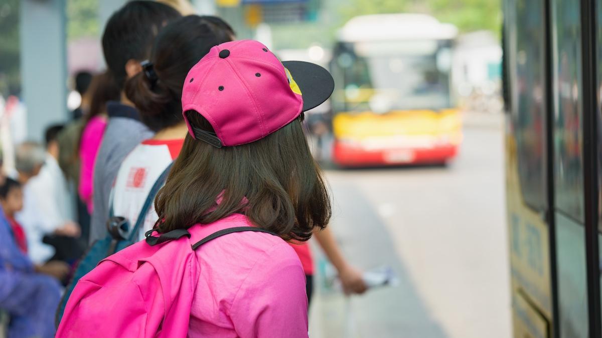 Dziewczynka dostała swojąpierwszą miesiączkę w autobusie. Zachowanie nastolatka obok – wspaniałe!