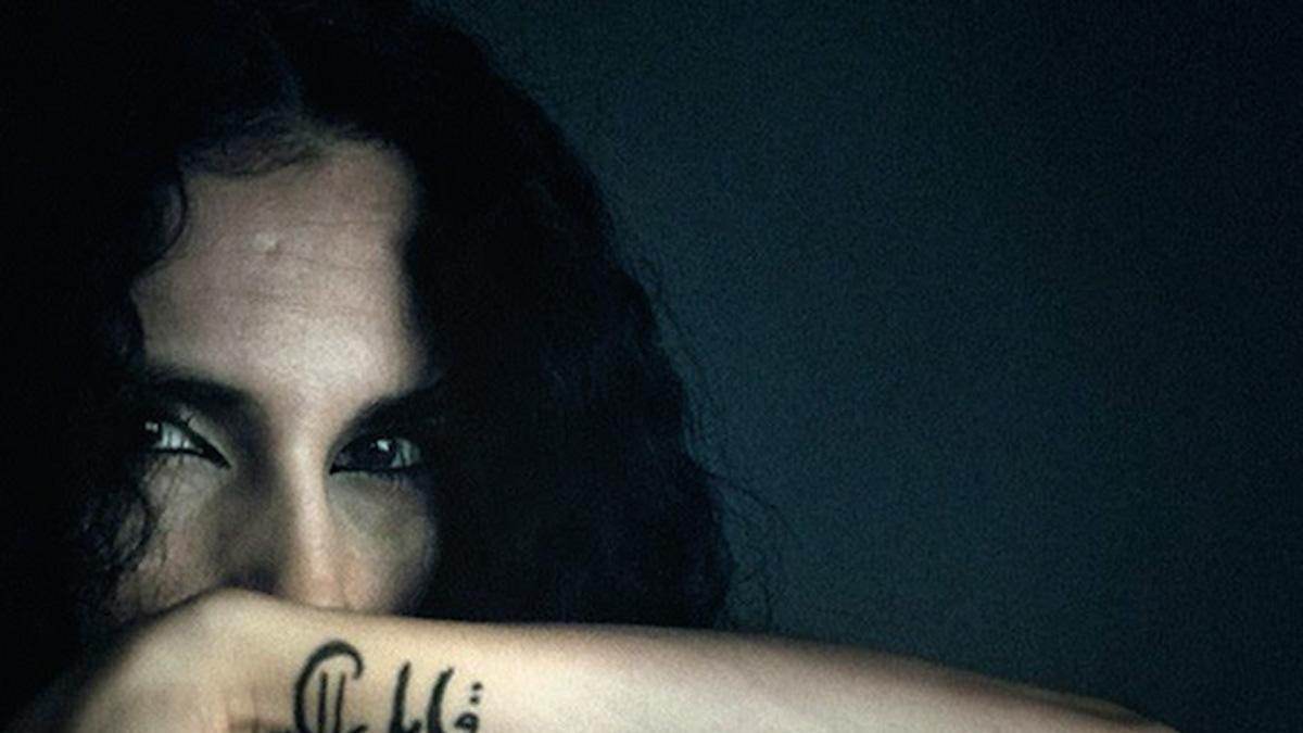 Intymne obrazy i zatrzymane emocje. Izraelska artystka fotografuje kobiety w ciemnych pokojach. Dlaczego?