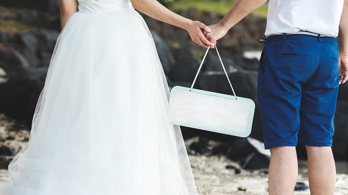Linie lotnicze ZGUBIŁY jego bagaż, więc do ślubu poszedł w... bieliźnie