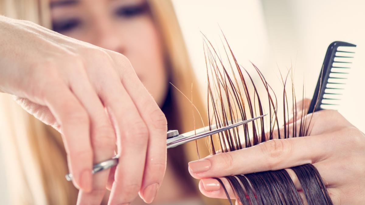Nastolatka z depresją poprosiła o ogolenie głowy. To, co zrobiła fryzjerka, zdumiewa!