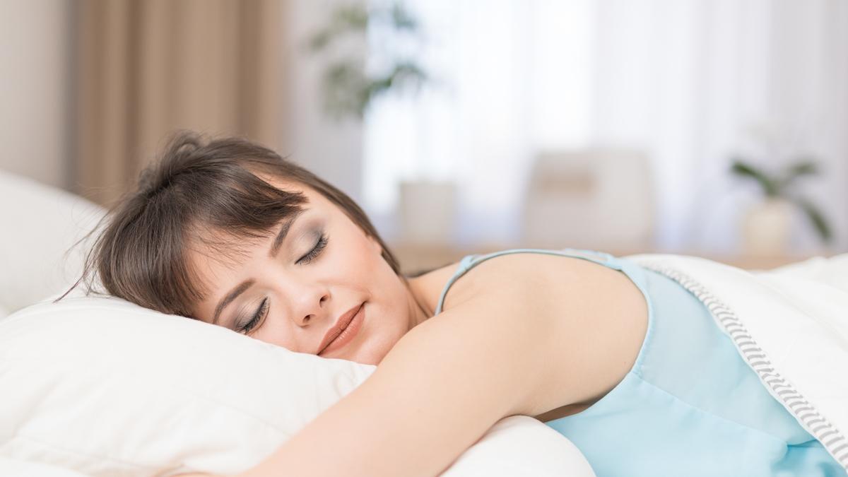 """Naukowcy potwierdzają: """"Kobiety powinny spać dłużej niż mężczyźni"""". Dlaczego?"""
