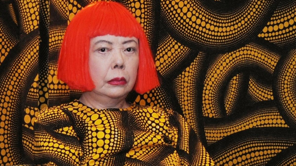 Od lat mieszka w szpitalu psychiatrycznym i tworzy dzieła, które są warte miliony dolarów! Zobacz, jak powstają obrazy Yayoi Kusamy
