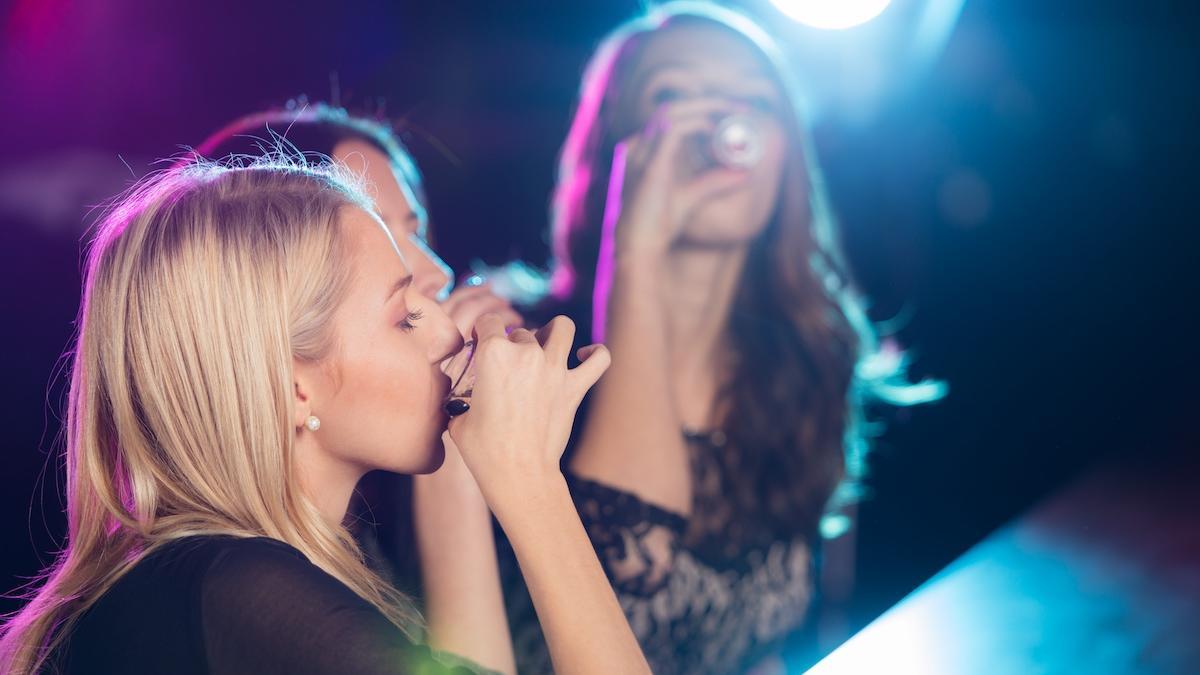 Politycy apelują do młodych Polek: Nie pijcie, dziewczyny, bo... przytyjecie!