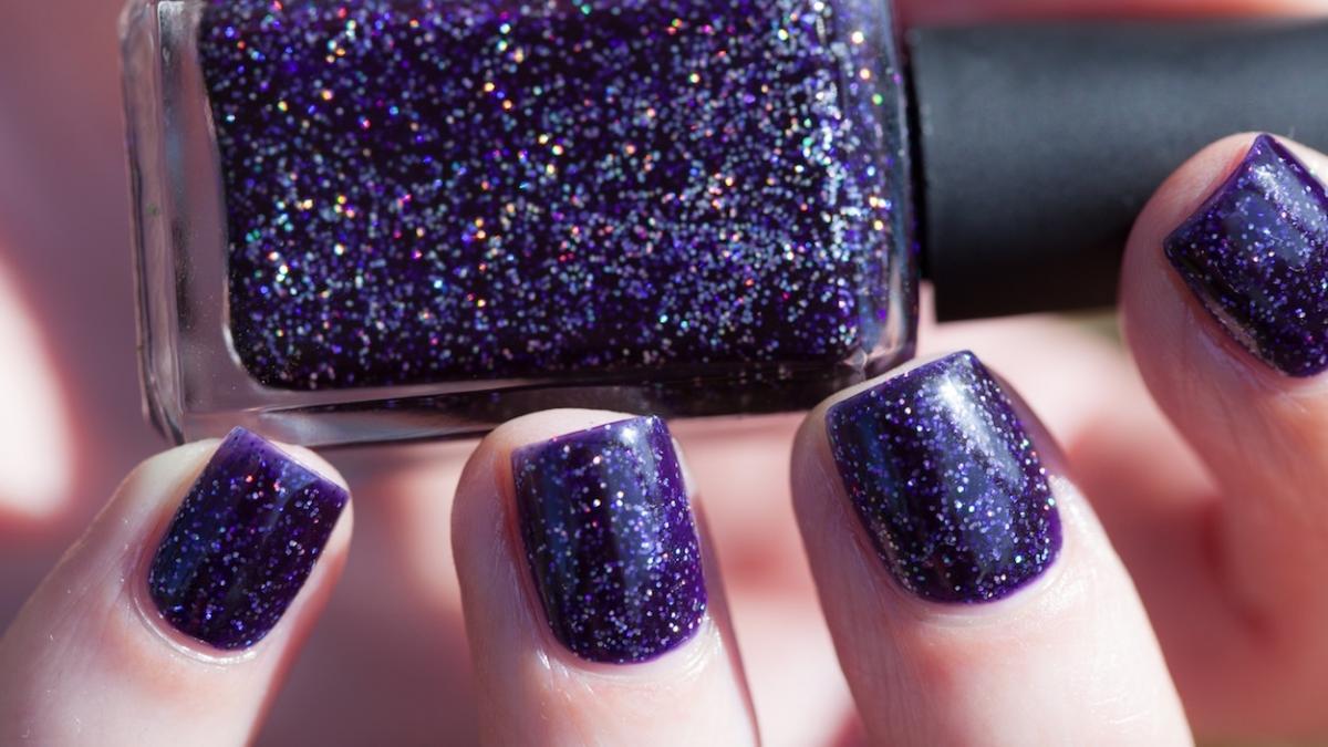 Redakcja testuje: holograficzne lakiery do paznokci. Który daje bardziej spektakularny efekt?