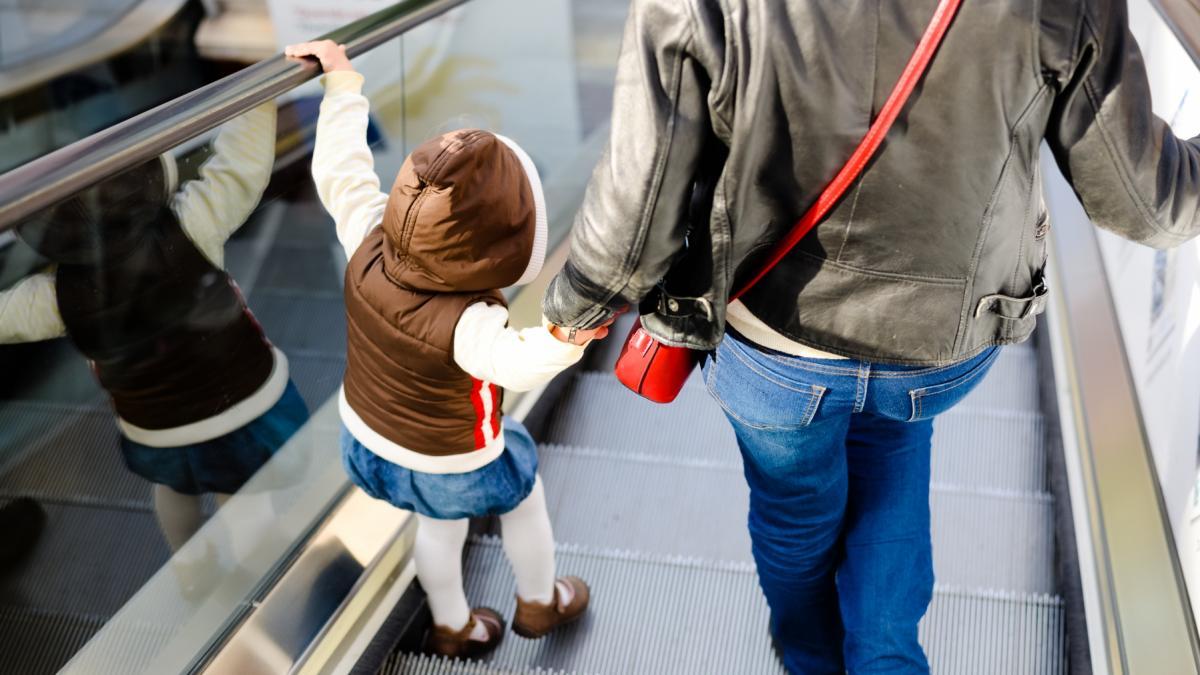 Ruchome schody wciągnęły nóżkę dziecka. Szybka reakcja matki pozwoliła uniknąć tragedii!