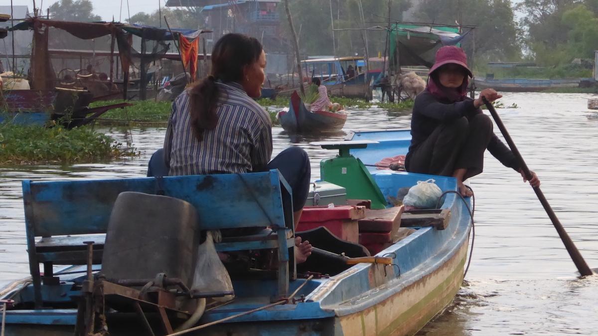 Są miejsca na ziemi, w których ludzie nie chodzą do szkoły czy do pracy. Jak płynie życie na wodzie? Reportaż z Kambodży