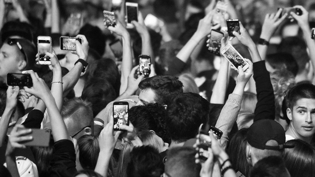 Smartfon - twój najlepszy przyjaciel? Poruszające zdjęcia, które mówią prawdę o... nas wszystkich