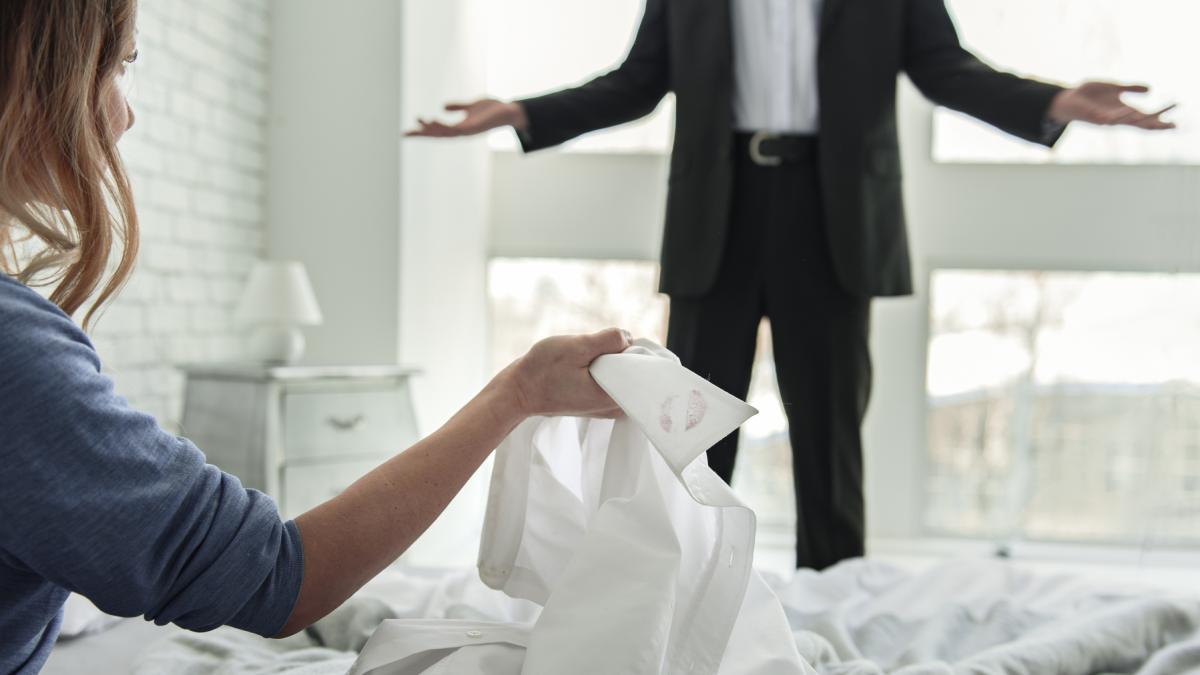 Sniło ci się, że zdradzasz lub robi to twój facet? Przekonaj się, co to oznacza!