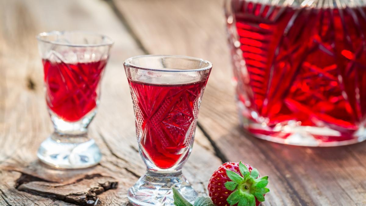 Spiesz się! Z sezonowych owoców zrobisz doskonałą nalewkę truskawkową!