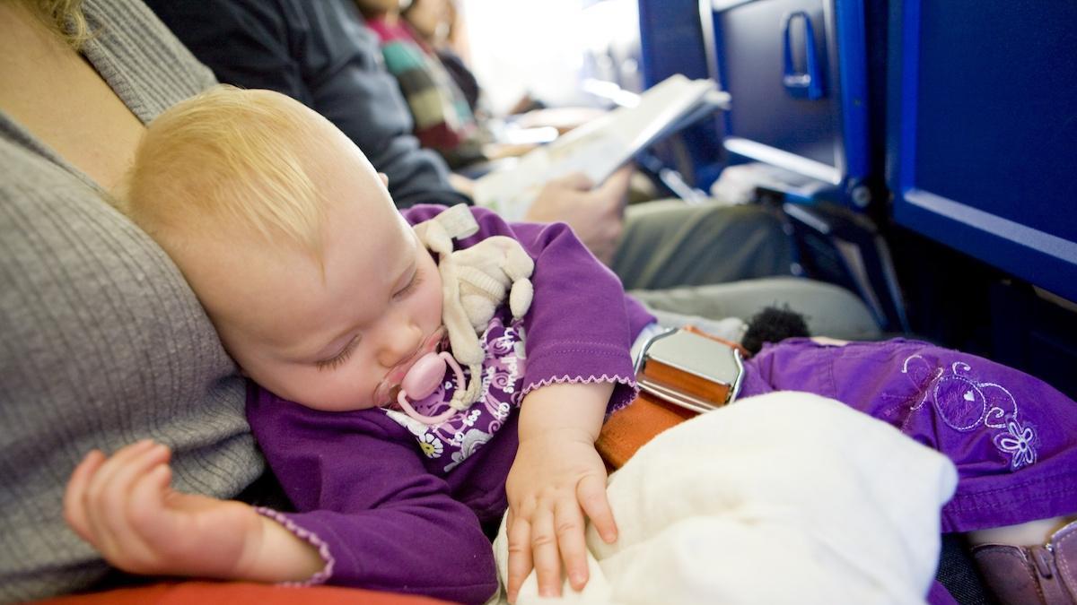 Stewardessa postanowiła pomóc jednej z pasażerek i nakarmiła jej dziecko… własną piersią