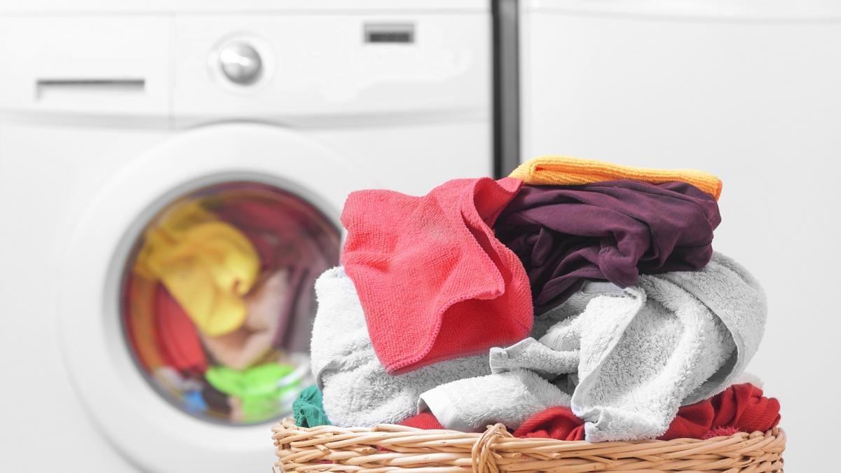 Twoje ubrania tracą kolor podczas prania? W końcu znalazłyśmy na to sposób!
