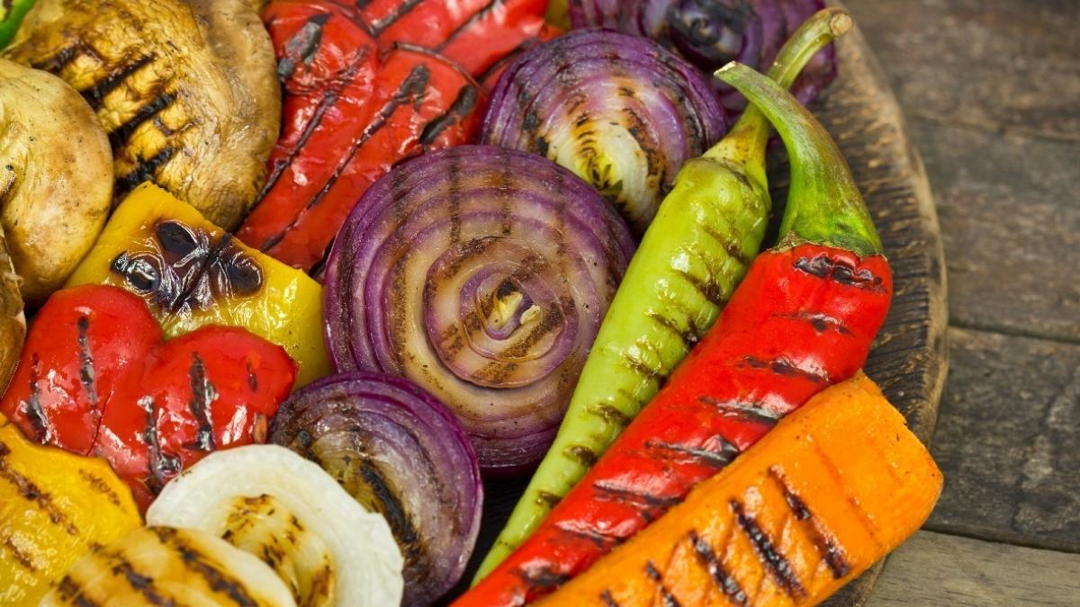 Warzywa  z fetą i szczypiorkiem z grilla