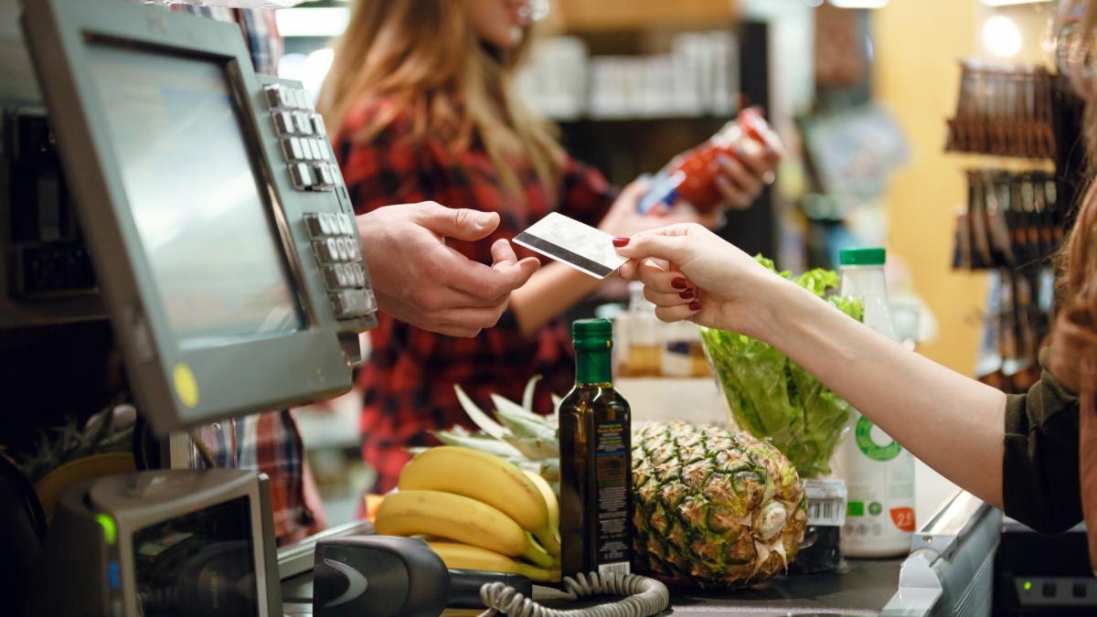 Wszyscy klienci supermarketów zapłacą więcej. Rząd wymyślił kolejną opłatę