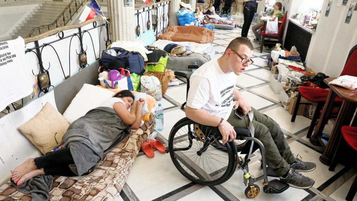"""""""Wypisują ze szpitala dziecko z brakiem kontaktu i na tym koniec"""". Jak wygląda sytuacja niepełnosprawnych w Polsce i co powinno się zmienić?"""