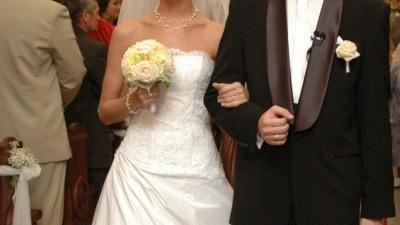 Biała elegancka suknia z trenem