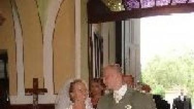 Biała jednoczęściowa suknia ślubna na ramiączka