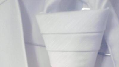 Biała kamizelka z musznikiem do ślubu
