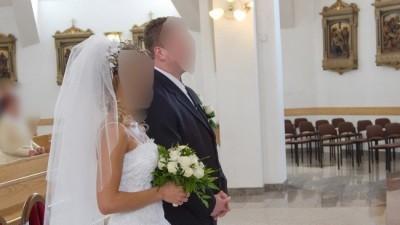 Biała suknia ślubna w stylu francuskim z dodatkami