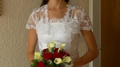 biała suknia ślubna z koronkowymi dodatkami