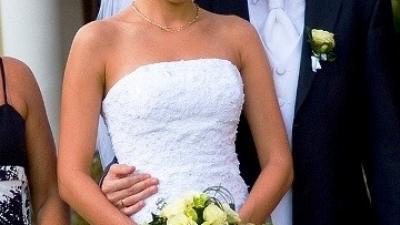 Biała suknia zdobiona koronką i kryształkami Swarovskiego + bolerko gratis