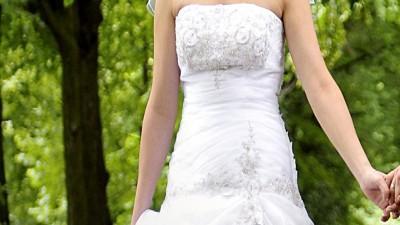 Biala z obniżonym stanem,idealnie podkreślająca kobiece kształty