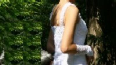 Biała zwiwna koronkowa suknia ślubna