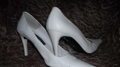 Białe czółenka Schuh