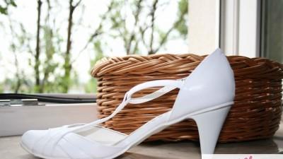 białe,skórzane buty ślubne