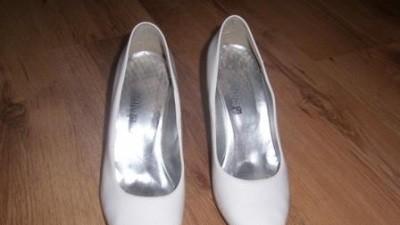 Białe włoskie gładkie buty do slubu.