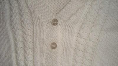 Biały sweterek dla maluszka