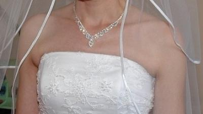 Delikatna, prosta i elegancka suknia ślubna