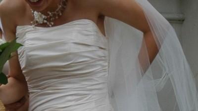Delikatna, skromna a zarazem bardzo ładna suknia ślubna w kolorze cappuccino