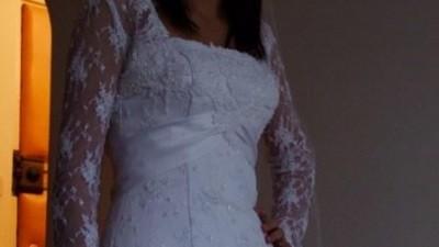 Do sprzedania ładna suknia z koronki.
