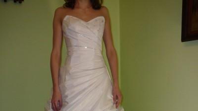 Dwuczęściowa, biała suknia ślubna.