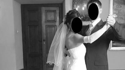 Elegancka, biała, jednoczęściowa suknia ślubna