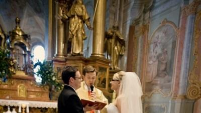 elegancka śnieżnobiała suknia ślubna z kryształkami