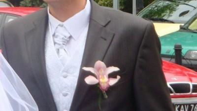 Elegancka srebrno-biała kamizelka do ślubu z musznikiem