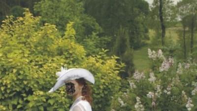 Elegancka suknia ślubna z kapeluszem