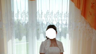 jednoczęściowa biała suknia