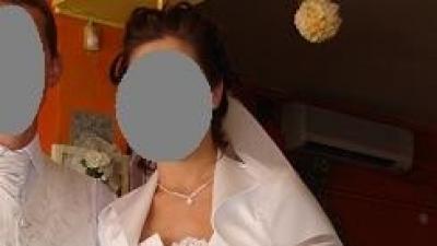 jednoczęściowa biała suknia ślubna