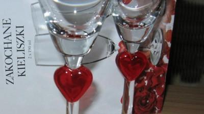 Kieliszki dla zakochanych ozdobione sercem