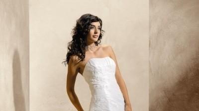 Klasyczne i elegacka suknia ślubna z trenem firmy Agnes
