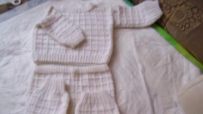 komplet biały na 4 i dalej m-cy.jakby na drutach robiony.