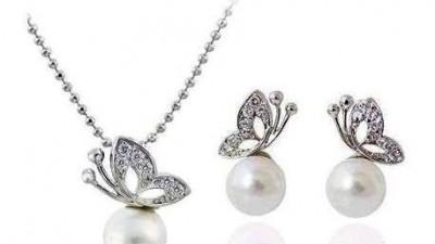 Komplet naszyjnik kolczyki wkręty woreczek na biżuterię perełki motyle