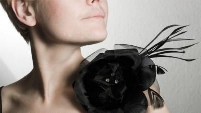 kwiat do włosów i sukni