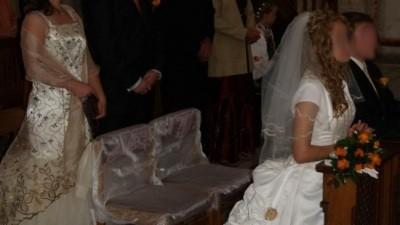 Niepowtarzalna suknia ecru z trenem i różyczkami
