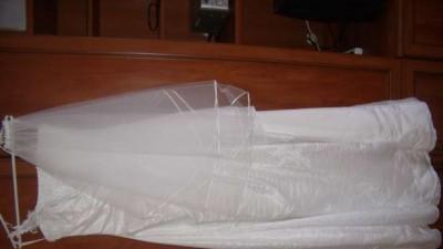 Nowiusienka, klasyczna biała suknia ślubna dla delikatnej kobietki.
