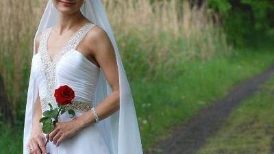 Oryginalnie zdobiona, zwiewna suknia ślubna z długim welonem